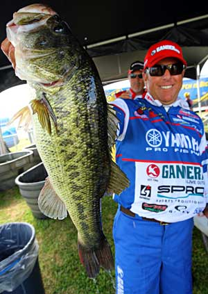 Dean Rojas leads day one of the B.A.S.S. Elite Toledo Bend event with the help of this 7 pound bass