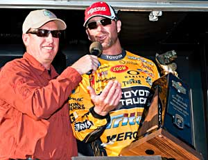 Elite Series pro Gerald Swindle accepts his trophy for his BASS Southern Open Lake Toho win