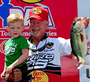 Local expert Stacey King holds on to first place at the PAA Table Rock Lake bass tournament with a 15.41 pound catch